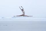 Ballerina Leaping on the Beach Valokuvavedos tekijänä Dimitri Otis