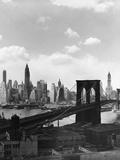 Puente de Brooklyn y silueta de Manhattan Lámina fotográfica por Frederic Lewis