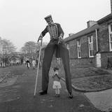 Henry the Stilt Man Impressão fotográfica por John Drysdale