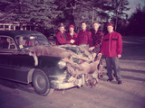 HUNTERS GATHER AROUND Car, DEAD DEER Reproduction photographique par Archive Holdings Inc.