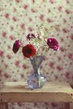 Red and Pink Ranunculus Flowers in Blue Vase Fotografie-Druck von Copyright Anna Nemoy(Xaomena)