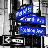 NYC Street Signs in Manhattan by Night - 34th Street, Seventh Avenue and Fashion Avenue Signs Impressão fotográfica por Philippe Hugonnard