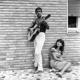 Claudia Mori Looking at Adriano Celentano Playing the Guitar Fotografisk trykk av Marisa Rastellini