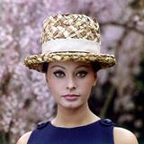Sophia Loren Wearing a Straw Hat Reproduction photographique par Mario de Biasi