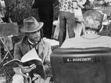 Giancarlo Giannini and Luchino Visconti on the Set of the Innocent Fotografisk trykk av Marisa Rastellini