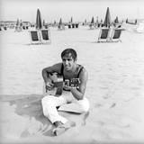 Adriano Celentano with the Guitar at the Beach Fotografisk trykk av Marisa Rastellini