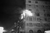Firemen on Ladder at Flame-Engulfed Wind Fotografie-Druck