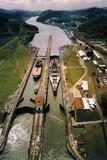 Battleship Passing through Panama Canal Lámina fotográfica