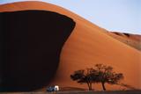 Namibia, Sossusvlei, Namib-Naukluft NP, Dune and Land Rover, Sunset Fotografisk tryk af Walter Bibikow