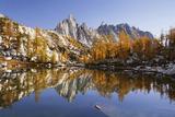 Washington, Prusik Peak Reflected in Sprite Lakelet Enchantment Lakes Impressão fotográfica por Jamie & Judy Wild