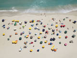 Umbrella Pattern on Beach Fotoprint av Roger Wright
