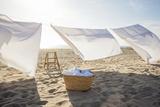 White Sheets Hanging on Laundry Line at Beach Premium fotografisk trykk av Siri Stafford