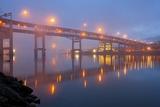 Sunrise thru Morning Fog along Willamitte River and Marquam Bridge,Portland, Oregon. Fotografisk trykk av Craig Tuttle