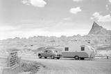 Automobile & Trailer on Badlands Highway Reproduction photographique par Philip Gendreau