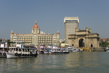 Gateway of India on the Dockside Beside the Taj Mahal Hotel, Mumbai, India, Asia Reproduction photographique par Tony Waltham