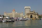 Gateway of India on the Dockside Beside the Taj Mahal Hotel, Mumbai, India, Asia Lámina fotográfica por Tony Waltham