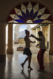 Cuba, Trinidad, Casa De Culture, Couple Salsa Dancing Fotoprint av Jane Sweeney