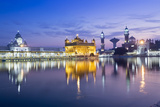 India, Punjab, Amritsar, the Golden Temple - the Holiest Shrine of Sikhism Just before Dawn Impressão fotográfica por Alex Robinson