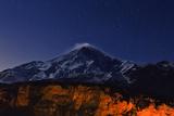 Night Sky over Mount Damavand, the Highest Peak in the Middle East Fotografisk tryk af Babak Tafreshi