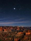 Jupiter over the Grand Canyon. at Right, Red-Orange Star Aldebaran, in Constellation Taurus Fotografisk tryk af Babak Tafreshi