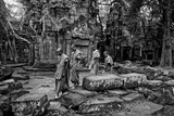 Theraveda Buddhist Monks at the Ta Prohm Temple in the Angkor Complex Reproduction photographique par Kike Calvo