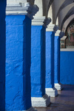 Blue and White Painted Columns in the Monasterio De Santa Catalina Reproduction photographique par Beth Wald