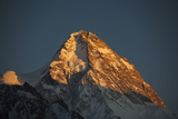 A Rare View of the Epic Ridge on the Chinese Side of K2 Fotografie-Druck von Tommy Heinrich