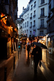 On a Rainy Day, Pedestrians Navigate the Streets of Paris Reproduction photographique par Chris Bickford