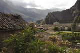 Ancient Stone and Adobe Houses and Narrow Streets in Ollantaytambo Reproduction photographique par Beth Wald