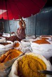 A Woman Weighing Spices on a Market Stall Fotografie-Druck von Alex Treadway
