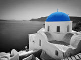 Oia Town on Santorini Island, Greece. Black and White Styled with Blue Dome of Traditional Church O Fotografisk tryk af Michal Bednarek