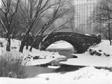 Gapstow Bridge, Central Park, Ny in Snow Autocollant mural par Henri Silberman