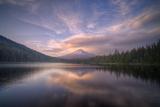 Cloudscape Reflection at Trillium Lake, Oregon Fotografisk tryk af Vincent James