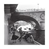 Rock 'n' Roll Dancers on Paris Quays, River Seine, 1950s Plakat af Paul Almasy