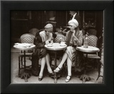 Mulher sentada em terraço de um café Pôsteres