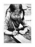 Chinesisches Mädchen beim Schreiben, 1940 Fotografie-Druck von  Süddeutsche Zeitung Photo