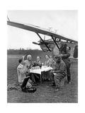 Flugpassagiere während einer Rast neben dem Flugzeug, 1930 写真プリント : Scherl Süddeutsche Zeitung Photo