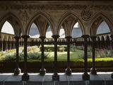 Abbaye du Mont-Saint-Michel, le cloître vu à travers les colonnettes de la galerie ouest Reproduction photographique par Philippe Berthé