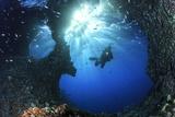 Scuba Diver Swimming through an Arch Fotografie-Druck von Bernard Radvaner