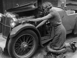 Kitty Brunell Working on Her Mg F Magna Reproduction photographique