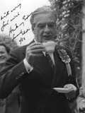 Anthony Eden, British Conservative Politician, Drinking a Cup of Tea, 1955 Fotografie-Druck