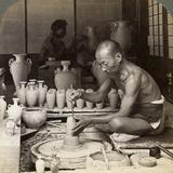 A Potter and His Wheel, Fashioning a Vase of Awata Porcelain, Kinkosan Works, Kyoto, Japan, 1904 Lámina fotográfica por  Underwood & Underwood