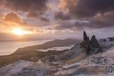 Spectacular Sunrise over the Old Man of Storr, Isle of Skye, Scotland. Winter (December) Fotoprint av Adam Burton