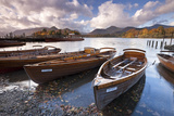Rowing Boats on Derwent Water at Keswick, Lake District, Cumbria, England. Autumn Reproduction photographique par Adam Burton