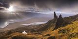 Dramatic Light on the Old Man of Storr, Isle of Skye, Scotland. Autumn (November) Fotoprint av Adam Burton