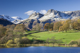 Autumn Colours Beside Loughrigg Tarn with Views to the Snow Dusted Mountains of the Langdale Pikes Reproduction photographique par Adam Burton