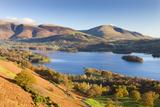 Derwent Water Skiddaw and Blencathra, Lake District National Park, Cumbria Fotografisk tryk af Adam Burton