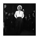 Charles Aznavour, Posing for the Press Fotografie-Druck von Marcel Begoin
