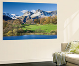 Autumn Colours Beside Loughrigg Tarn with Views to the Snow Dusted Mountains of the Langdale Pikes Poster géant par Adam Burton