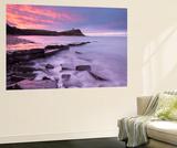 Colourful Dawn Sky Above Kimmeridge Bay on the Jurassic Coast, Dorset, England. Winter Poster géant par Adam Burton